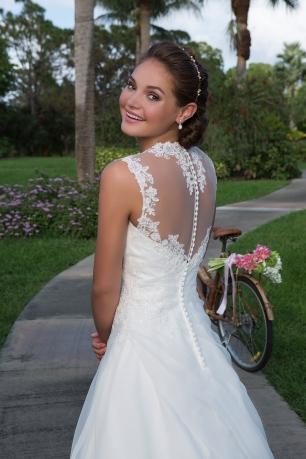 Vestido de novia con transparencias en la espalda